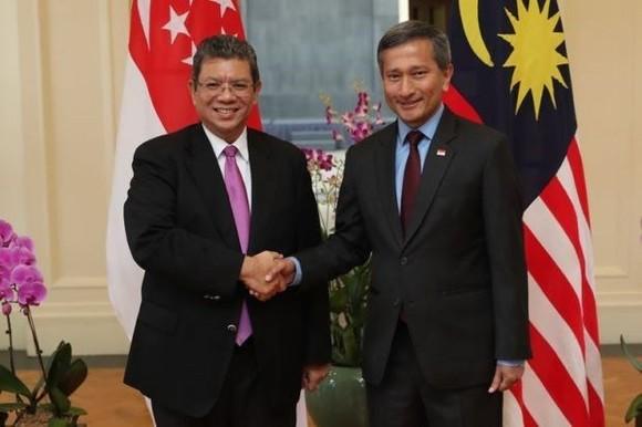 Singaporean Foreign Minister Vivian Balakrisnan (R) and his Malaysian counterpart Saifuddin Abdullah. (Source: thestar.com.my)