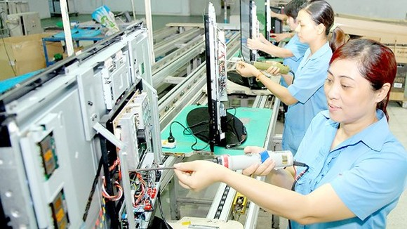 Workers assemble televisions at a Vietnamese firm. (Photo: SGGP)