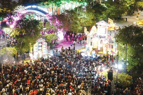 Residents and visitors at Nguyen Hue flower street opened in downtown HCMC on February 2  (Photo: SGGP)