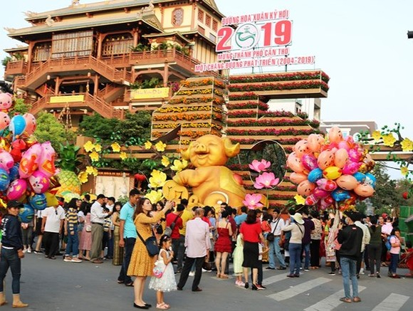 Can Tho flower street crowded of holidaymakers (Photo: SGGP)