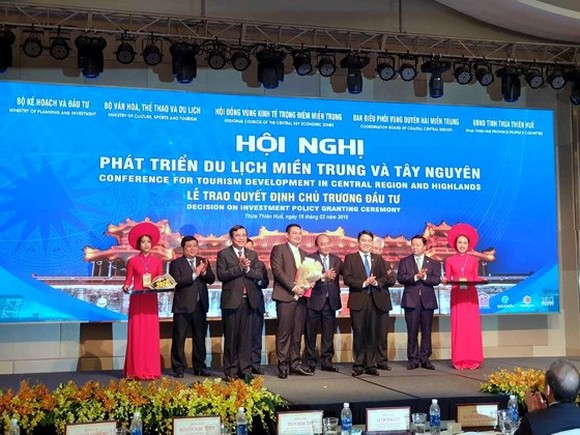 Prime Minister Nguyen Xuan Phuc grants investment decision for Dong Giang Sky Gate Ecotourism project. (Photo: SGGP)