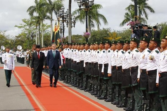 RoK President Moon Jae-in and Brunei Sultan Hassanal Bolkiah inspect guard of honour (Source: yonhap)
