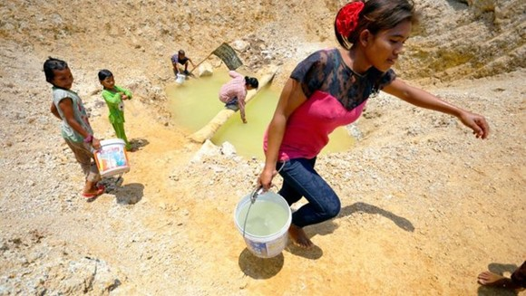 Villagers collect water at a dwindling watering hole amid drought in Banteay Meanchey province, Cambodia, in 2016 (Source: phnompenhpost.com)