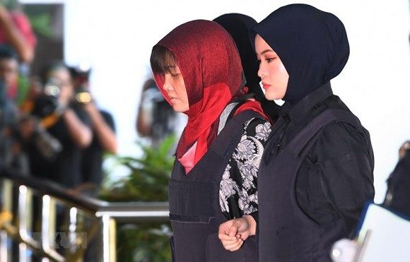 Doan Thi Huong is escorted to the Shah Alam High Court on March 14 (Photo: AFP/VNA)
