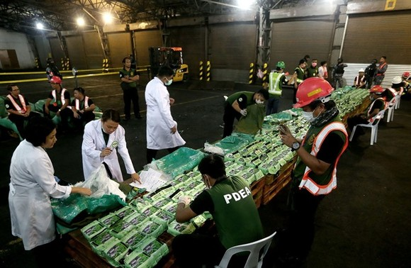 Laboratory technicians examine 276kg of crystal meth at Manila International Container Port on Friday night. (Photo: newsinfo.inquirer.net )