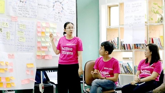 A lecturer at ITP presents active worker class project (Photo: SGGP)
