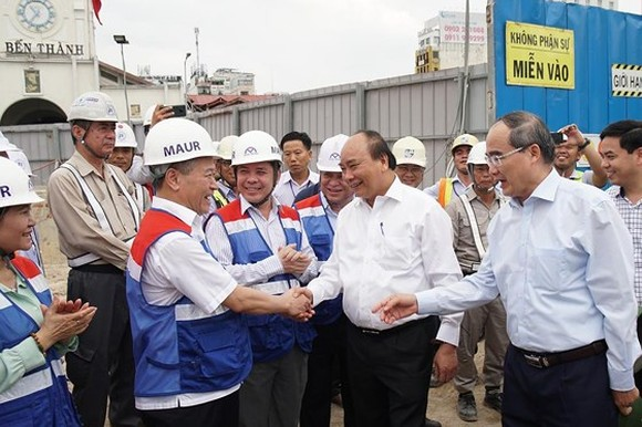 Prime Minister Nguyen Xuan Phuc and HCMC Party Leader Nguyen Thien Nhan visit construction force of Ben Thanh-Suoi Tien metro line on April 12 (Photo: SGGP)