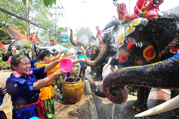 Thai people celebrate the Songkran festival in Ayutthaya city on April 11 (Photo: Xinhua/VNA)