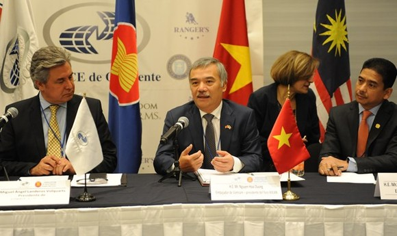 Vietnamese Ambassador to Mexico Nguyen Hoai Duong (C) speaks at the forum (Photo: VNA)