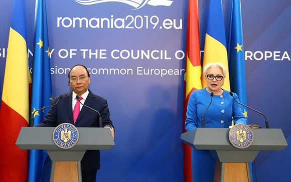 Prime Minister Nguyen Xuan Phuc (L) and Romanian Prime Minister Viorica Dancila at the joint press conference following their talks in Bucharest on April 15 (Photo: VNA)