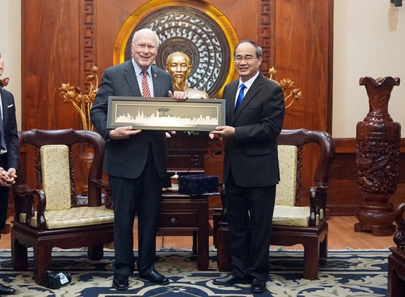 Politburo member and Secretary of the Ho Chi Minh City Party Committee Nguyen Thien Nhan (R) presents a keepsake to US Senator Patrick Leahy, Vice Chair of the Senate Committee on Appropriations (Photo: VNA)