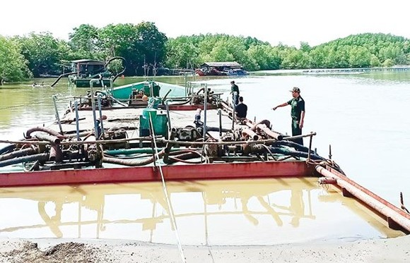 Border army force deters an illegal sand mining case in Can Gio in March 2019 (Photo: SGGP)