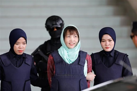 Doan Thi Huong (centre) was escorted to leave Malaysia's Shah Alam High Court on April 1 (Photo: Xinhua/VNA)
