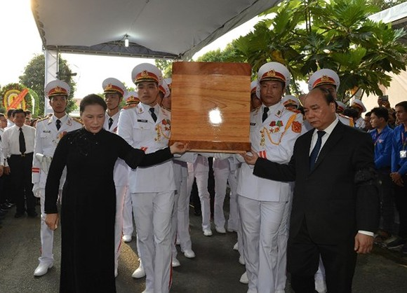 Prime Minister Nguyen Xuan Phuc and Chairwoman of the National Assembly Nguyen Thi Kim Ngan send former President Le Duc Anh to the final resting place (Photo: SGGP)