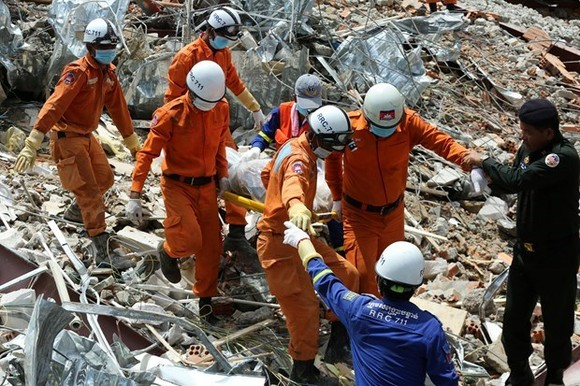 Rescuers work at the site of the building collapse (Photo: AFP/VNA)