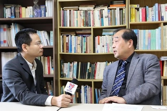 Professor Lee Woong-Hyeon (R) in an interview with the Vietnam News Agency's correspondent in Seoul (Photo: VNA)