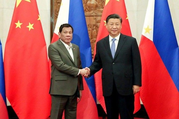 President Duterte (left) and Chinese President Xi Jinping shake hands at the start of their bilateral meeting at the Diaoyutai State Guesthouse in Beijing on August 30 (Source: philstar.com)