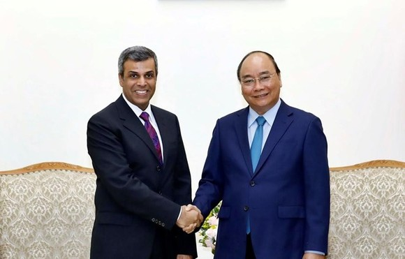 Prime Minister Nguyen Xuan Phuc (R) and Kuwaiti Minister of Oil and Electricity and Water Khaled Ali Al Fadhel (Photo: VNA)