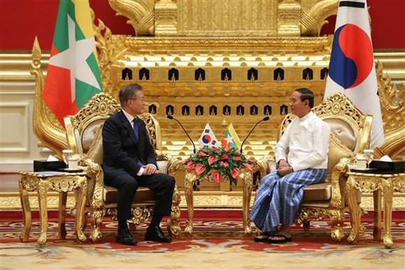 President of the Republic of Korea Moon Jae-in (L) meets with his Myanmar counterpart U Win Myint (Photo: Yonhap/VNA)