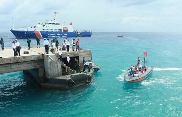 Vietnamese coast guards perform duties in Truong Sa Lon Island of the country's Truong Sa archipelago (Photo: VNA)