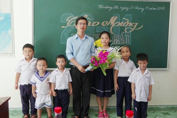 Thầy Bành Hữu Tình và các học sinh trong lớp học đặc biệt