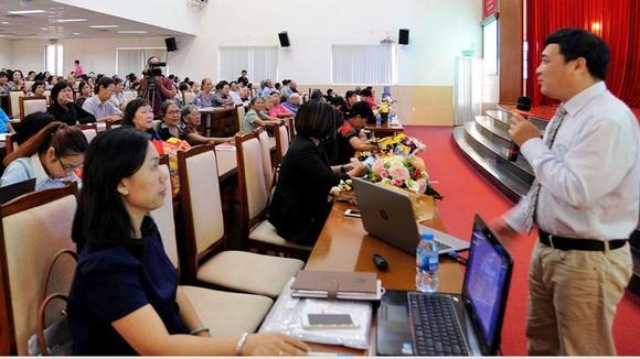 TS.BS. Trần Việt Thế Phương đang trả lời các thắc mắc của bệnh nhân về ung thư vú