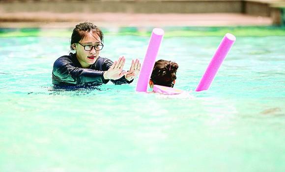 Trẻ em hào hứng học bơi  ảnh 1