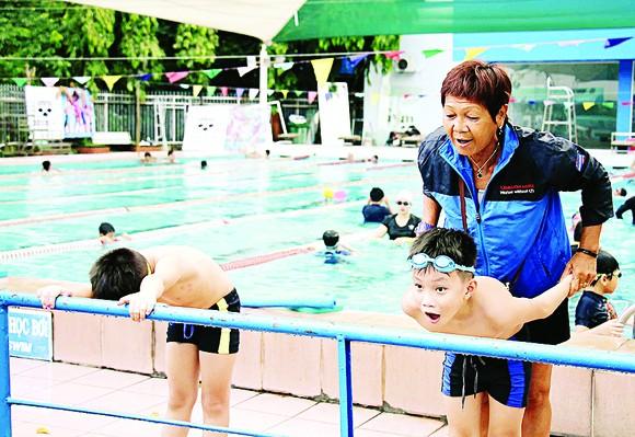 Trẻ em hào hứng học bơi  ảnh 2