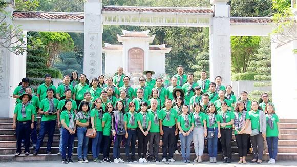 Đoàn chụp hình lưu niệm tại khu mộ anh hùng liệt sĩ TNXP