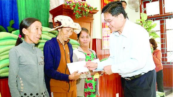 Đại diện Công ty CP Tập đoàn Xây dựng Hòa Bình - Ông Nguyễn Hữu Hiền - Giám đốc đối ngoại, Trợ lý Chủ tịch HĐQT tặng quà cho bà con