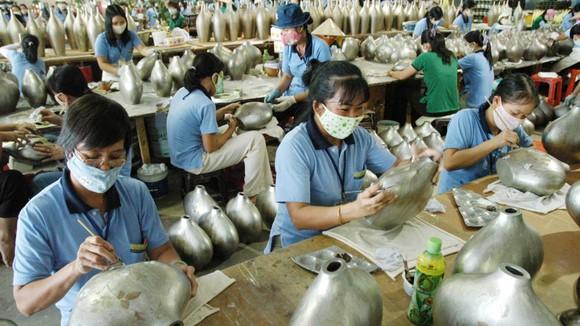 Sản xuất sử dụng nhiều lao động tại một doanh nghiệp FDI. Ảnh: THÀNH TRÍ