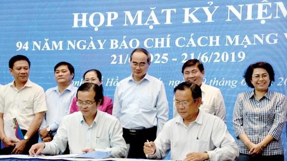 Lãnh đạo TPHCM chứng kiến buổi ký kết chương trình phối hợp truyền thông giữa Ban Tuyên giáo Thành ủy TP với các cơ quan báo chí