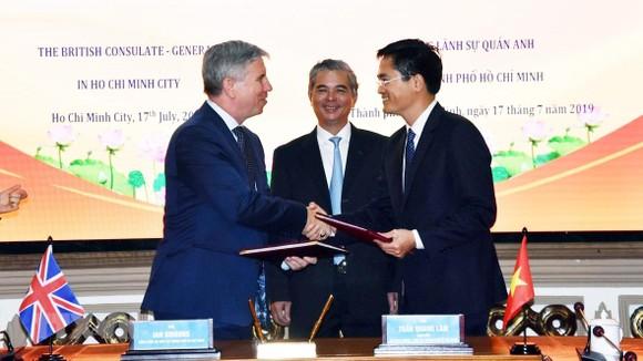 Ông Ian Giboons, Tổng lãnh sự Anh tại Thành phố Hồ Chí Minh và ông Trần Quang Lâm, Giám đốc Sở Giao thông Vận tải trao đổi Biên bản ghi nhớ hợp tác đã ký. Ảnh: Xuân Khu-TTXVN