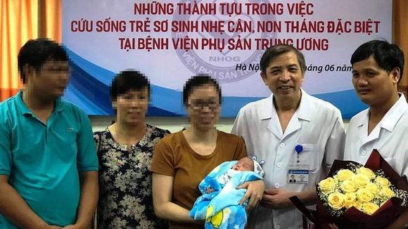 PGS.TS Vũ Bá Quyết, Giám đốc BV Phụ Sản Trung ương cùng với gia đình của bé gái bị sinh non