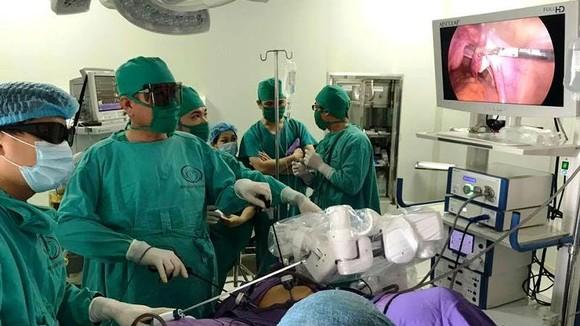E kíp phẫu thuật của Bệnh viện Sản Nhi Quảng Ninh sử dụng cảnh tay robot để phẫu thuật nội soi cắt u tử cung cho bệnh nhân