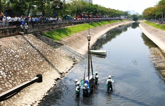 Các thiết bị công nghệ  Nano - Bioreactor được đưa xuống sông Tô Lịch để xử lý ô nhiễm