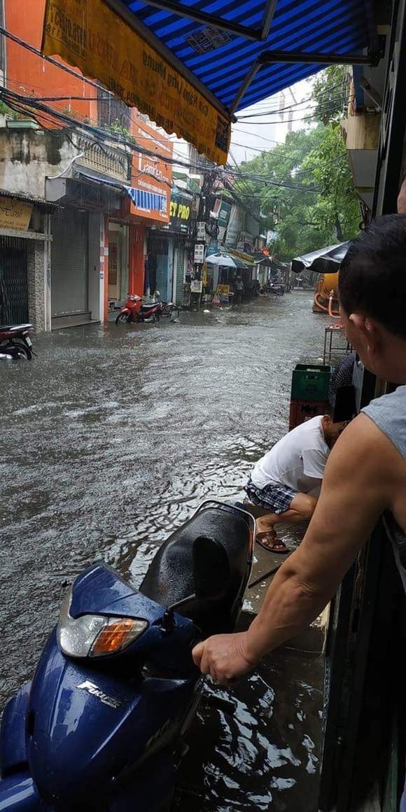 Hà Nội ngập lụt, cây đổ, sạt lở đê do ảnh hưởng bão số 3 ảnh 2
