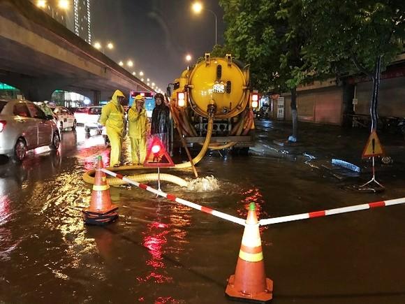 Hà Nội ngập lụt, cây đổ, sạt lở đê do ảnh hưởng bão số 3 ảnh 5