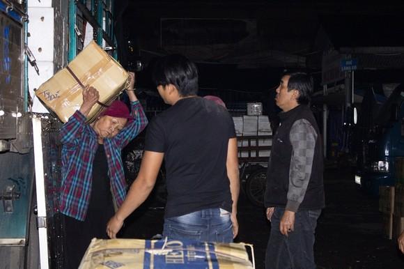 Nhọc nhằn phận nữ bốc vác tại chợ Đông Ba ngày giáp Tết   ảnh 1