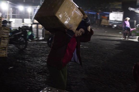 Nhọc nhằn phận nữ bốc vác tại chợ Đông Ba ngày giáp Tết   ảnh 4
