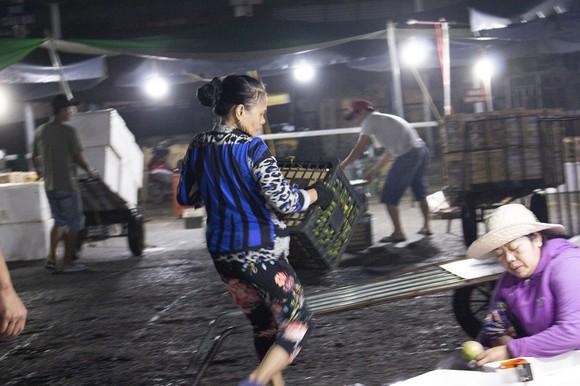 Nhọc nhằn phận nữ bốc vác tại chợ Đông Ba ngày giáp Tết   ảnh 6