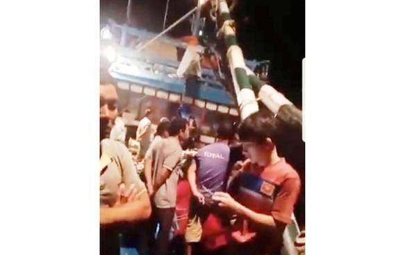 Cháy tàu cá 67, 12 ngư dân thoát chết ảnh 1