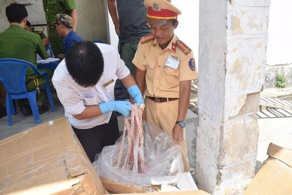 Phát hiện ô tô biển số Lào chở 1,6 tấn nội tạng không rõ nguồn gốc ảnh 2