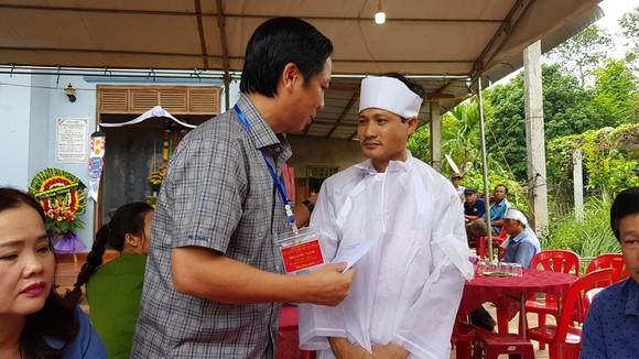 Lãnh đạo tỉnh Quảng Trị đến thăm hỏi và chia sẻ khó khăn với gia đình cô Trần Thị Thúy.