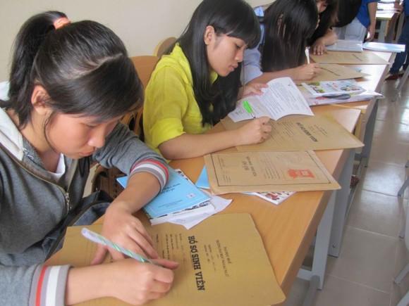Thí sinh trúng tuyển làm thủ tục đăng ký nhập học trại Trường Đại học Huế
