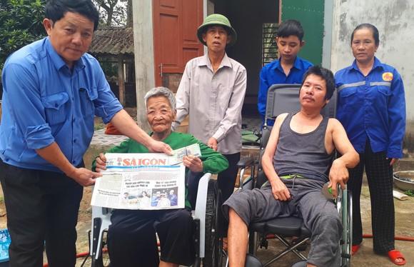 Ông Võ Tá Hiếu, Chủ tịch UBND xã Thạch Mỹ, huyện Lộc Hà, tỉnh Hà Tĩnh trao 19 triệu đồng của bạn đọc Báo SGGP cho gia đình anh Phan Huy Tình