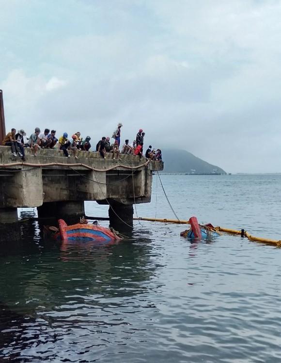 Hai tàu cá của ngư dân bị chìm ở khu vực cảng biển Vũng Áng ảnh 7