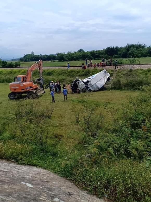 Tàu hỏa va chạm với ô tô tải trên đường sắt Bắc - Nam, 1 người bị thương nặng ảnh 2
