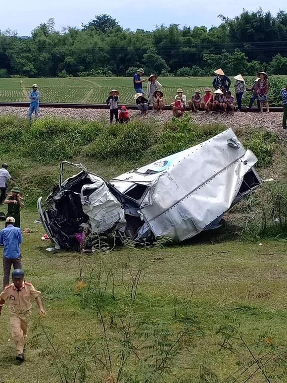 Tàu hỏa va chạm với ô tô tải trên đường sắt Bắc - Nam, 1 người bị thương nặng ảnh 4