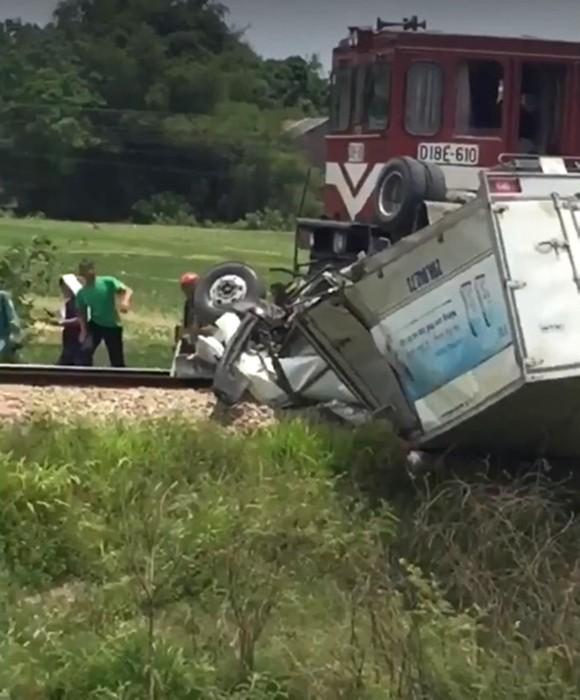Tàu hỏa va chạm với ô tô tải trên đường sắt Bắc - Nam, 1 người bị thương nặng ảnh 3